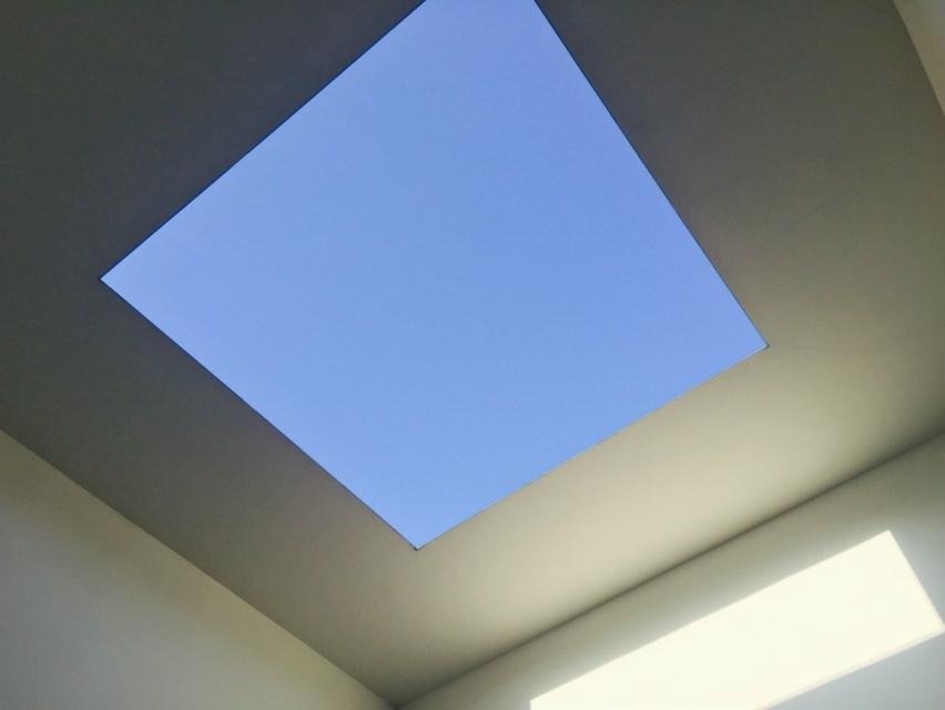 光が降り注ぐ、ブルー・プラネット・スカイで横不動