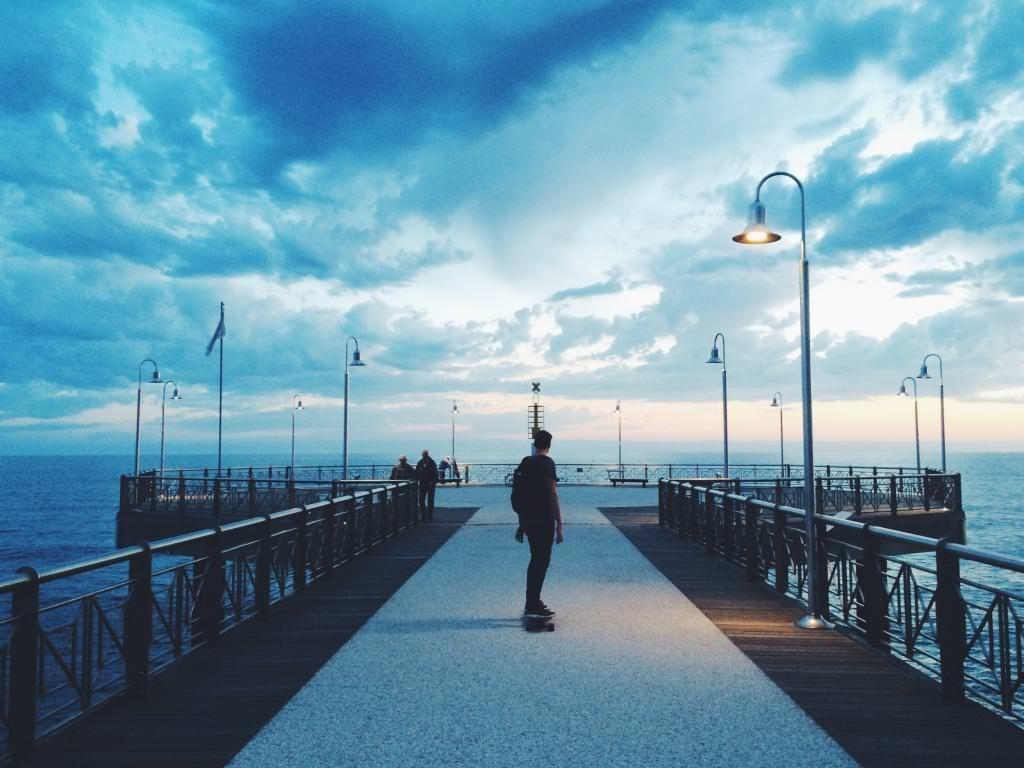 橋の上にいる男性